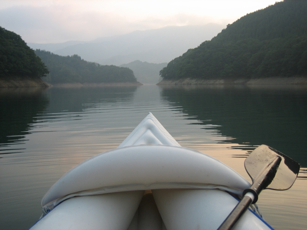 Layers of mountains fade in to the haze. A solo exploratory trip on Lake Kuzuryu in Fukui prefecture, in my Sea Eagle 330